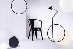 Abstrakt presentation av en svart stol arkivbilder