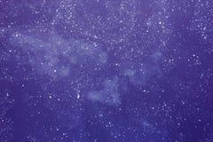 Abstrakt purpurfärgad bakgrund med vita fläckar, djupt utrymme med mannen Royaltyfria Bilder