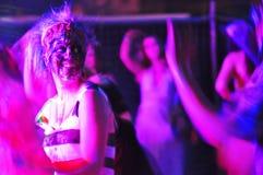 Abstrakt purpurfärgat folk som dansar nattklubben royaltyfri fotografi
