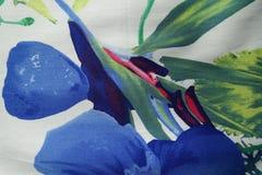 Abstrakt röd och grön tryck för blått, på tyg Royaltyfria Bilder