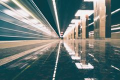 Abstrakt rörelse-suddig sikt från ett rörande drev i vitagestil Royaltyfri Foto