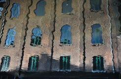 Abstrakt reflexion av byggnaden i kanalen Royaltyfria Bilder