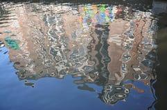 Abstrakt reflexion av byggnaden i kanalen Arkivfoto