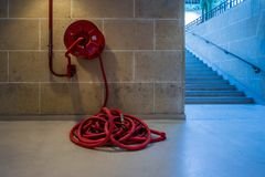 Abstrakt rosso lungo del tubo della caserma dei pompieri immagine stock libera da diritti