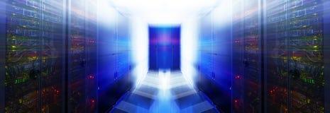 Abstrakt rum med rader av servermaskinvara i datorhallen Fotografering för Bildbyråer