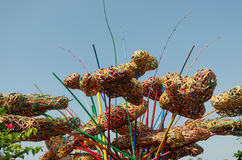 Abstrakt sammansättning av färgrik vävd bambu Arkivbild