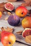 Abstrakt sammansättning av nya mogna frukter och sidor på en vit Royaltyfri Bild
