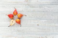 Abstrakt sammansättning av nya mogna frukter på en vit träbaksida Royaltyfri Fotografi