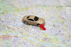 Abstrakt sammansättning med den lilla bil- och stadsöversikten arkivbilder