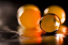 Abstrakt sammansättning med härligt, orange, genomskinligt, rundagelé klumpa ihop sig på en aluminium folie med reflexioner Fotografering för Bildbyråer