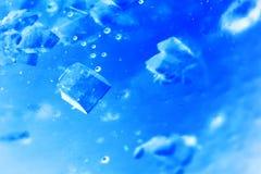Abstrakt sammansättning med sockerkuber i en krus med sötma (inverterade färger) Royaltyfria Bilder