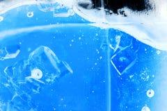 Abstrakt sammansättning med sockerkuber i en krus med sötma (inverterade färger) Royaltyfri Bild