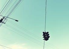 Abstrakt sammansättning med trafikljus och trådar mot sken Royaltyfri Fotografi