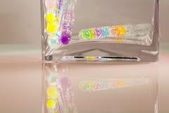 Abstrakt sammansättning med undervattens- rör med färgrik gelé klumpa ihop sig Royaltyfria Foton