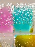 Abstrakt sammansättning med undervattens- rör med färgrik gelé klumpa ihop sig Fotografering för Bildbyråer