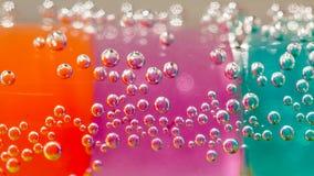 Abstrakt sammansättning med undervattens- rör med färgrik gelé klumpa ihop sig Arkivfoton
