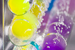 Abstrakt sammansättning med undervattens- rör med färgrik gelé klumpa ihop sig inom Royaltyfri Foto
