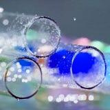 Abstrakt sammansättning med undervattens- rör med färgrik gelé klumpa ihop sig inom Arkivbilder