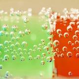 Abstrakt sammansättning med undervattens- rör med färgrik gelé klumpa ihop sig inom Arkivfoto