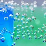 Abstrakt sammansättning med undervattens- rör med färgrik gelé klumpa ihop sig inom Arkivfoton
