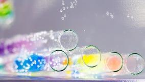 Abstrakt sammansättning med undervattens- rör med färgrik gelé klumpa ihop sig inom Royaltyfria Bilder
