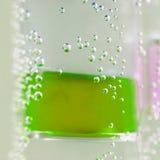 Abstrakt sammansättning med undervattens- rör med färgrik gelé klumpa ihop sig inom Royaltyfri Bild