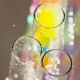 Abstrakt sammansättning med undervattens- rör med färgrik gelé klumpa ihop sig inom Fotografering för Bildbyråer