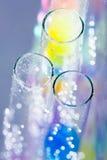 Abstrakt sammansättning med undervattens- rör med färgrik gelé klumpa ihop sig inom Arkivbild