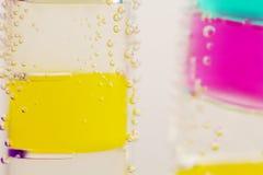 Abstrakt sammansättning med undervattens- rör med färgrik gelé klumpa ihop sig och bubblar Arkivfoto