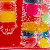 Abstrakt sammansättning med undervattens- rör med färgrik gelé klumpa ihop sig och bubblar Royaltyfri Fotografi
