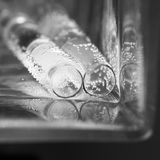 Abstrakt sammansättning med undervattens- rör med gelé klumpa ihop sig och bubblar Royaltyfri Fotografi