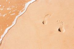 Abstrakt sandbakgrund med spår av fot Arkivfoto