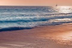 Abstrakt seascape i blåa, gula och rosa färger royaltyfri bild