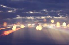 abstrakt signalljuslins begreppsbild av utrymme- eller tidloppbakgrund över mörka färger och ljusa ljus Arkivbild