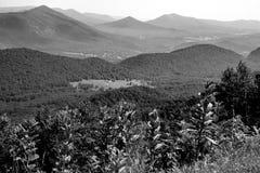 Abstrakt sikt av den blåa Ridge Mountains och gåsliten vikdalen arkivfoto
