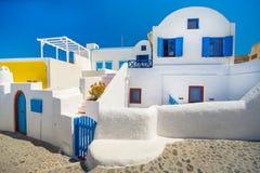 Abstrakt sikt av den cycladic stilen av traditionella hus på Santorini Royaltyfri Foto