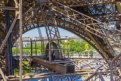 Abstrakt sikt av detaljer av Eiffeltorn i Paris, Frankrike Royaltyfri Bild