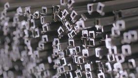 Abstrakt sikt av en metallfyrkantprofil Profilröret i ett dolt lager, profilrör lade i rader i ett stort stock video