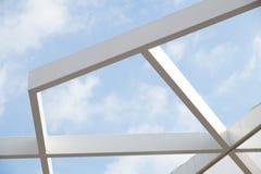 Abstrakt sikt av en stor upphängningmetallstruktur Royaltyfri Foto