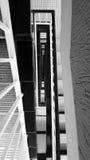 Abstrakt sikt av ett trappafall i svartvitt Royaltyfri Bild