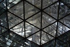 Abstrakt sikt av insidan av ramen av ett torn Arkivfoton