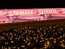 Abstrakt sikt av julljus och en byggnad Royaltyfri Foto