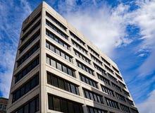 Abstrakt sikt av solförtroendebyggnaden Royaltyfri Foto