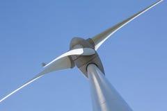 Abstrakt sikt av vindturbinen producera alternativ energi Royaltyfri Fotografi