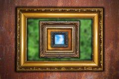 Abstrakt sikt med ramar på den rostiga industriella väggen Royaltyfria Bilder
