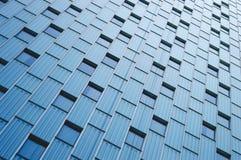 Abstrakt sikt till bakgrund för stålblått av den glass fasaden Royaltyfria Foton
