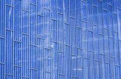 Abstrakt sikt till bakgrund för stålblått av den glass fasaden arkivfoton