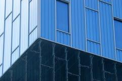 Abstrakt sikt till bakgrund för stålblått av den glass fasaden royaltyfri fotografi