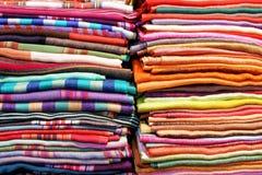 Abstrakt składać kolorowe tkaniny i tkaniny zamknięty up tło Obraz Stock
