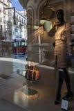 Abstrakt skyltdocka på shoppafönstret med reflekterat, Granad Arkivbilder